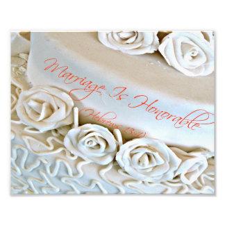 Gâteau de mariage blanc avec le vers de bible d'Hé Photo D'art