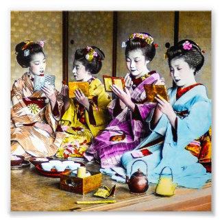 Geisha vintage vérifiant leur maquillage au thé photo d'art