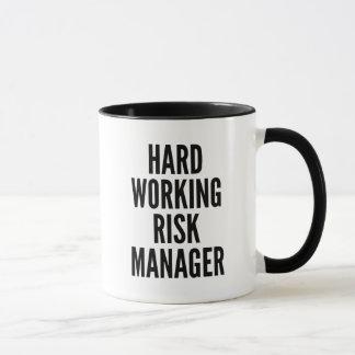 Gestionnaire des risques travaillant dur mug