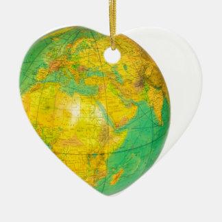 Globe avec la terre de planète d'isolement sur le ornement cœur en céramique