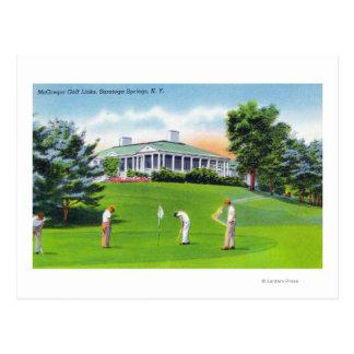 Golfeurs sur la scène de terrain de golf de carte postale