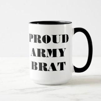 Gosse fier d'armée de tasse