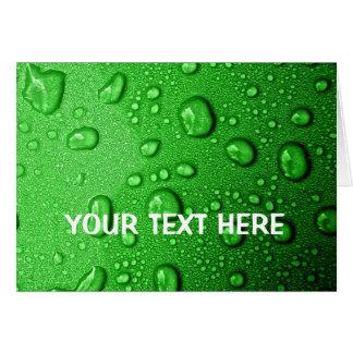 Gouttelettes d'eau sur l'arrière - plan vert, carte de vœux