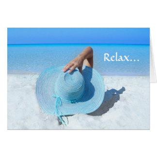 Grand casquette bleu sur la retraite de plage carte de vœux
