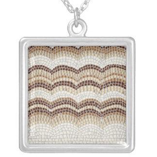 Grand collier carré de mosaïque beige