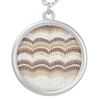 Grand collier rond de mosaïque beige