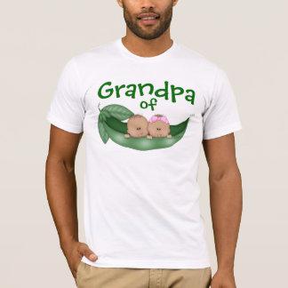Grand-papa des jumeaux mélangés avec la peau t-shirt