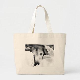 Grand Tote Bag chien somnolent de caresse sur le gris blanc de