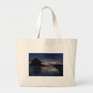 Grand Tote Bag Roche de meule de foin sous le ciel nocturne