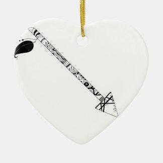 grande flèche tribale à l'encre noire ornement cœur en céramique