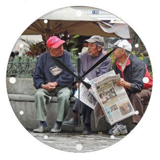 Grande Horloge Ronde 3 hommes parlant dans la plaza à Cuenca Equateur