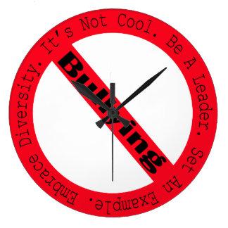 Grande Horloge Ronde Arrêtez l'Intimider-Logo par Shirley Taylor