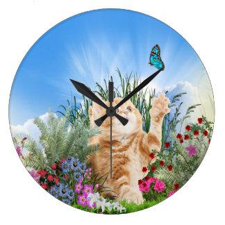 Grande Horloge Ronde Chaton de gingembre jouant avec un papillon