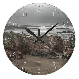 Grande Horloge Ronde Femme sur une falaise