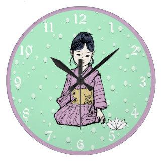 Grande Horloge Ronde Fille asiatique dans l'eau mauve rose de Lotus