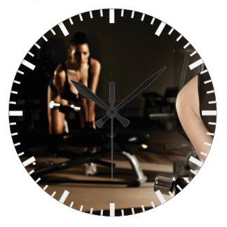 Grande Horloge Ronde Fille féminine chaude de forme physique