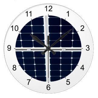 Grande Horloge Ronde Image du panneau d'énergie solaire drôle