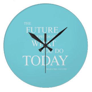Grande Horloge Ronde L'avenir inspirant l'horloge de motivation de bleu