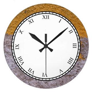 Grande Horloge Ronde Mur jaune gris cru rugueux de construction de