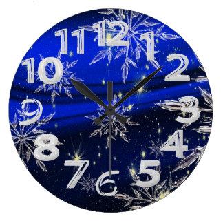 Grande Horloge Ronde Neige blanche sur l'arrière - plan bleu