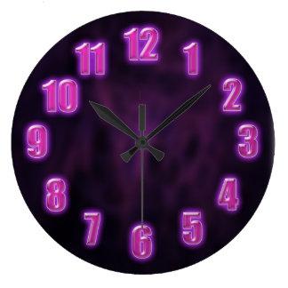 Grande Horloge Ronde Pourpre foncé avec des nombres au néon rougeoyants