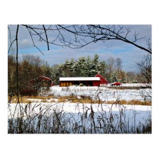 Grange rouge en hiver, carte postale pittoresque