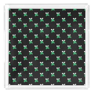 Grenouilles vertes sur le plateau noir de parfum