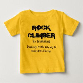 grimpeur de roche dans le T-shirt de formation