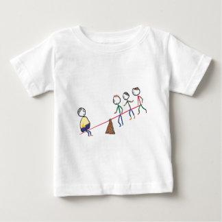 Gros type sur la bascule t-shirt pour bébé