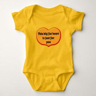 Grosse barboteuse de bébé de coeur