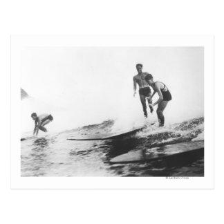 Groupe de surfers surfer à Honolulu, Hawaï Cartes Postales