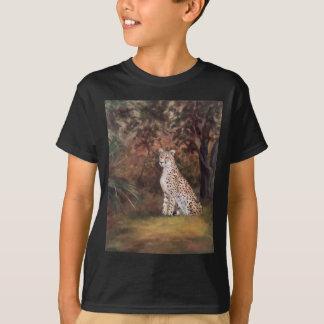 Guépard reposant le T-shirt fier de garçons