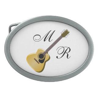 Guitare acoustique décorée d'un monogramme boucle de ceinture ovale