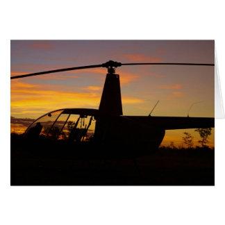 Hélicoptère de Robinson R44 au coucher du soleil Carte De Vœux