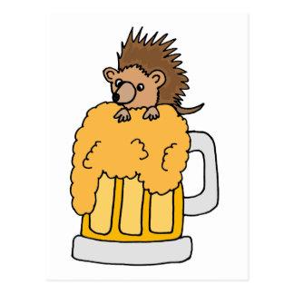 Hérisson drôle dans la conception de bière carte postale