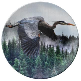 Héron de grand bleu volant et faune brumeuse de assiette en porcelaine