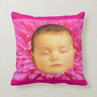 Het baby van de slaap op een bloem werpt sierkussen