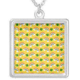 Het leuke gele patroon van regenbogenklavers ketting vierkant hangertje