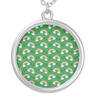 Het leuke groene patroon van regenbogenklavers ketting rond hangertje