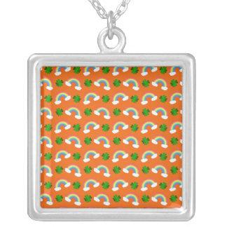Het leuke oranje patroon van regenbogenklavers ketting vierkant hangertje