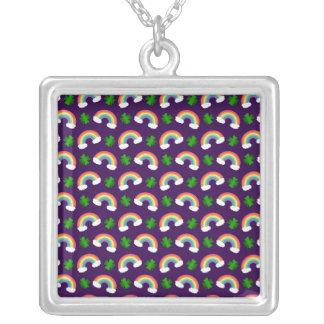Het leuke paarse patroon van regenbogenklavers ketting vierkant hangertje