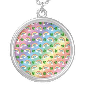 Het leuke patroon van regenbogenklavers ketting rond hangertje
