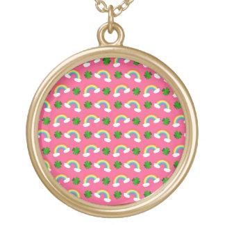 Het leuke roze patroon van regenbogenklavers ketting rond hangertje