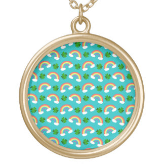 Het leuke turkooise patroon van regenbogenklavers ketting rond hangertje