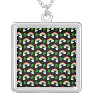 Het leuke zwarte patroon van regenbogenklavers ketting vierkant hangertje