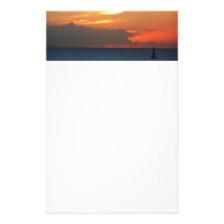 Het Zeegezicht van de Wolken en van de Zeilboot Briefpapier