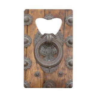 Heurtoir en métal sur la vieille porte en bois