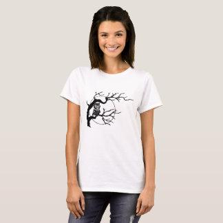 Hibou dans un T-shirt de femmes d'arbre