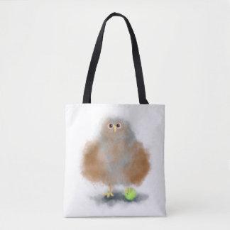 Hibou de bébé d'amusement avec de la balle de sac