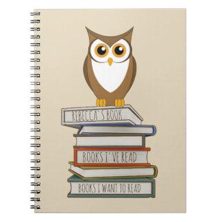 Hibou et pile de livres